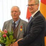 Halwart Schrader erhält die Verdienstmedaille des Verdienstordens der Bundesrepublik Deutschland